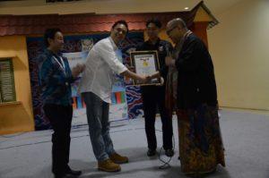 Foto3. Ketua MURI Menyalami CEO Lojai.com Agus Tjandra (baju putih) setelah penghargaan MURI